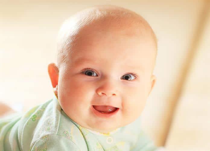 bebe loiro de blusa verde
