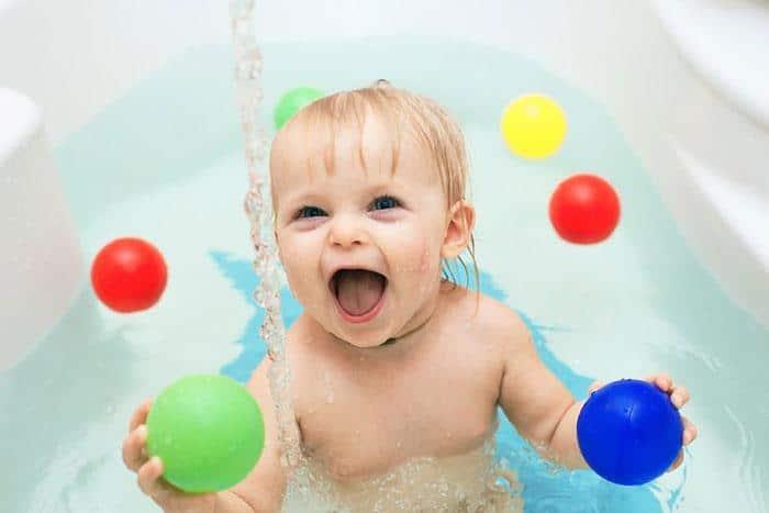 bebe na banheira com bolinhas