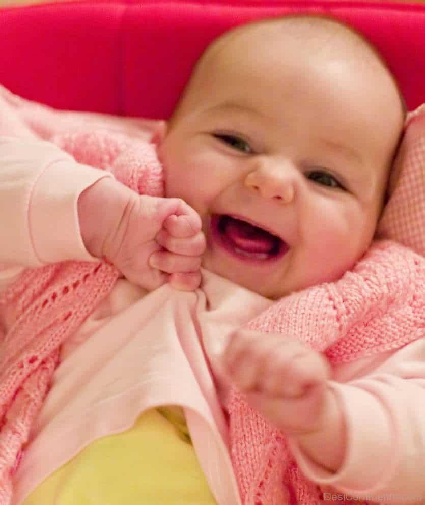 bebe de roupa rosa