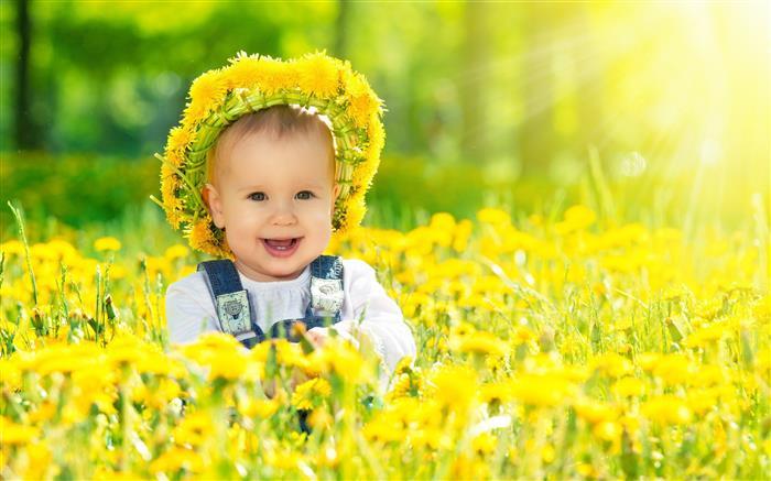bebe entra flores amarelas