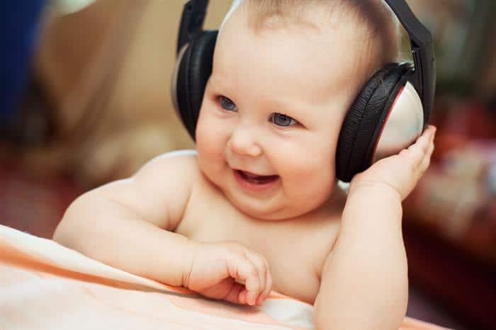 bebe com fone de ouvido