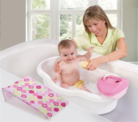 bebe na banheira branca