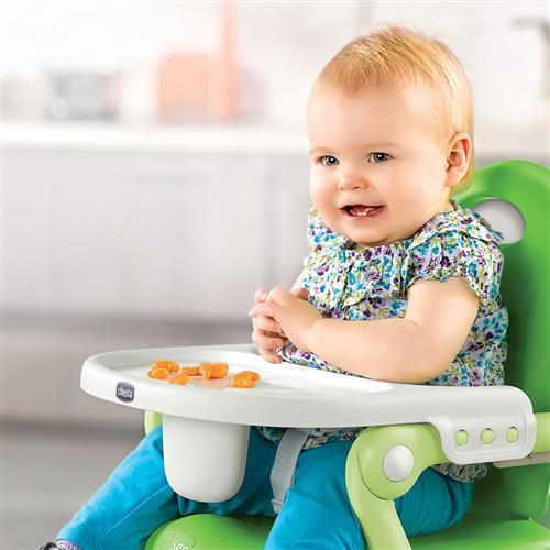 bebe sentado na cadeirinha