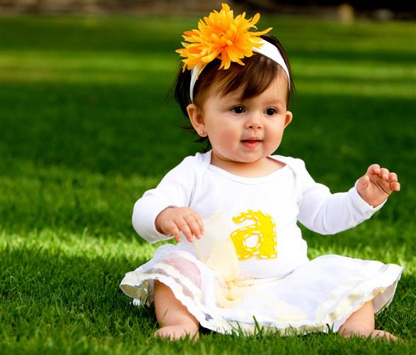 bebe sentado na grama