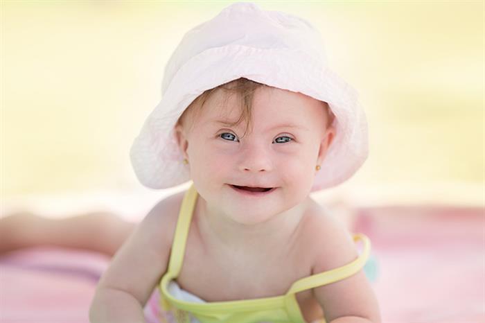 bebe de chapeu na praia