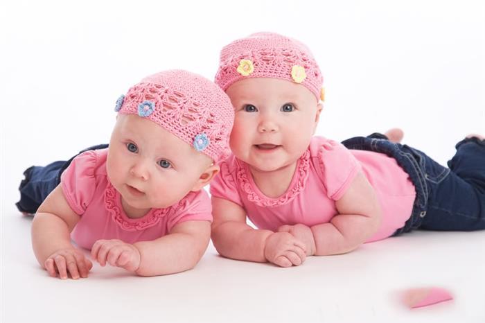 irmas de roupa rosa