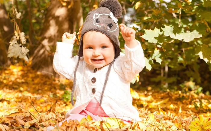 bebe de touca nas folhas