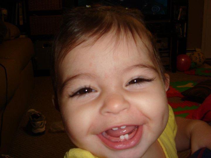 sorriso com dentinho e covinha