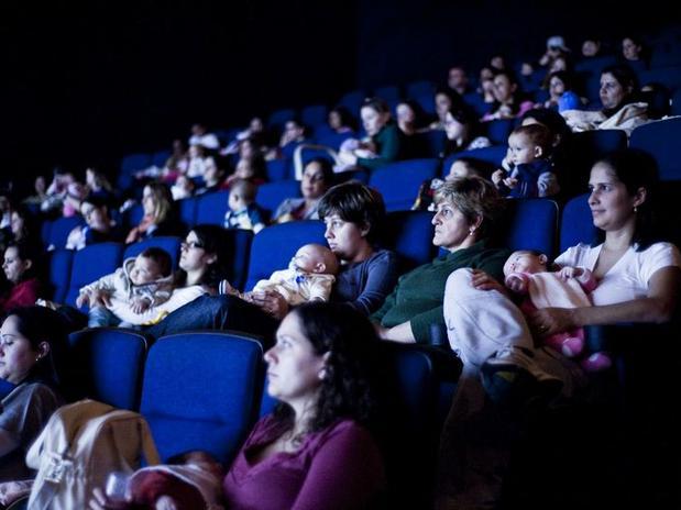 You are currently viewing Salas de cinema para mamãe e bebê: conheça o cinematerna