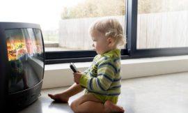 Televisão e o bebê: assistir TV demais é prejudicial? Pode fazer mal?