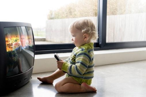 You are currently viewing Televisão e o bebê: assistir TV demais é prejudicial? Pode fazer mal?