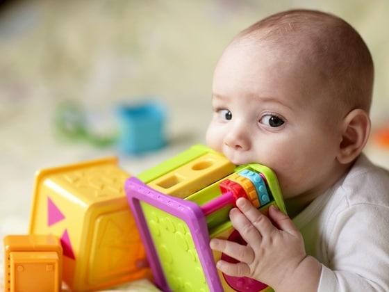 You are currently viewing Como limpar os brinquedos do bebê