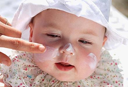 You are currently viewing Cuidados com a pele do bebê no verão