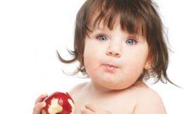 Como incentivar o bebê a comer sozinho