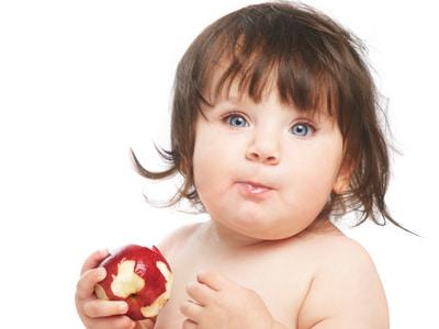 You are currently viewing Como incentivar o bebê a comer sozinho