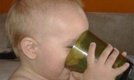 Veja como ensinar o bebê a usar o copo
