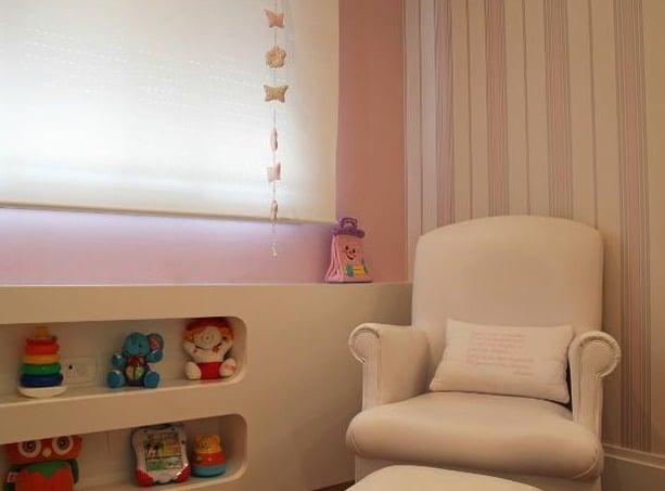 Poltrona e cortina para um quarto aconchegante. (Foto: Divulgação).