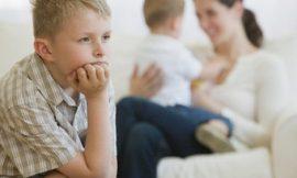 Como lidar com o ciúme do filho mais velho com o bebê