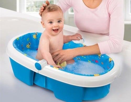You are currently viewing Quantos banhos o bebê precisa por dia?