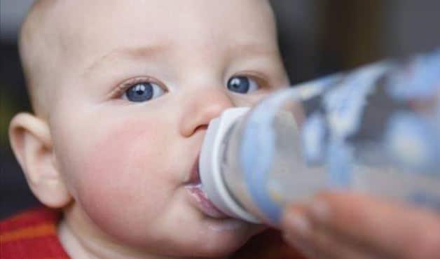 You are currently viewing Leite de fórmula dá mais cólica no bebê?
