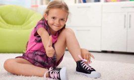 Quando ensinar a criança a amarrar o tênis?