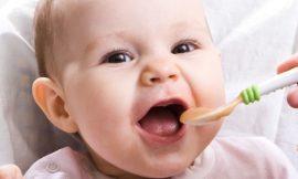 O que dar de comer para o bebê com dente nascendo?