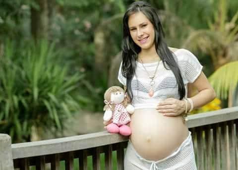 A mamãe Larissa Cunha, e na barriga a princesa Thaylla Sophie.