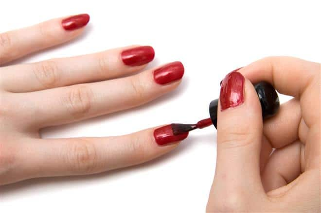 You are currently viewing Pode ou não pintar as unhas antes da cesárea?
