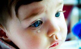 É normal o olho do bebê ficar lacrimejando?