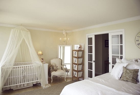 prateleiras na decoração do quarto do bebe