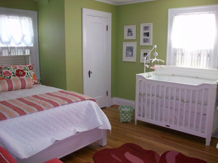 quarto de casal decorado com um berço