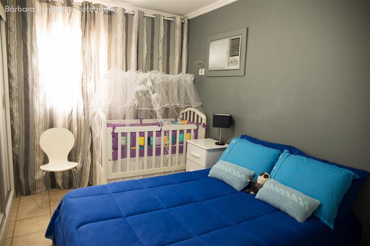 berço do bebê no quarto do casal