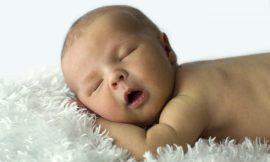 O bebê dorme muito e mama pouco, o que fazer?