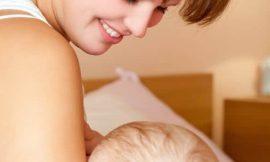É normal o bebê ficar suando quando está mamando?