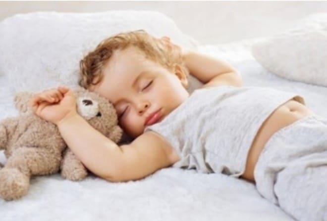 You are currently viewing Quando posso deixar o bebê dormir sozinho no quarto?