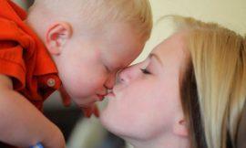 Beijar o filho na boca, certo ou errado?
