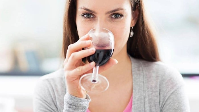 Read more about the article Posso tomar vinho amamentando?
