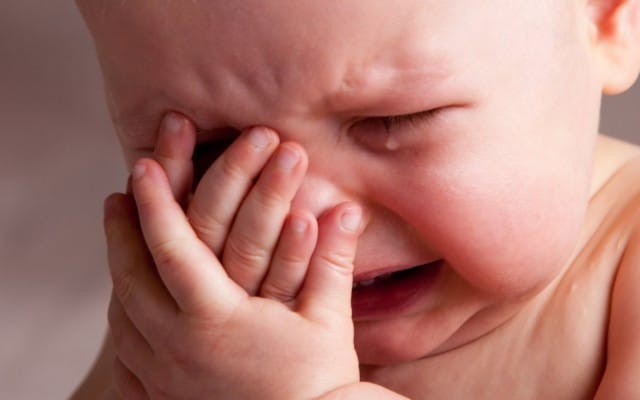 bebê chorando muito
