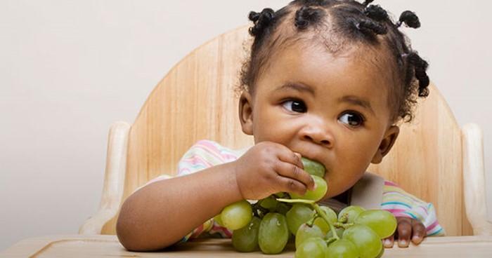 Quando deixar o bebê comer sozinho?