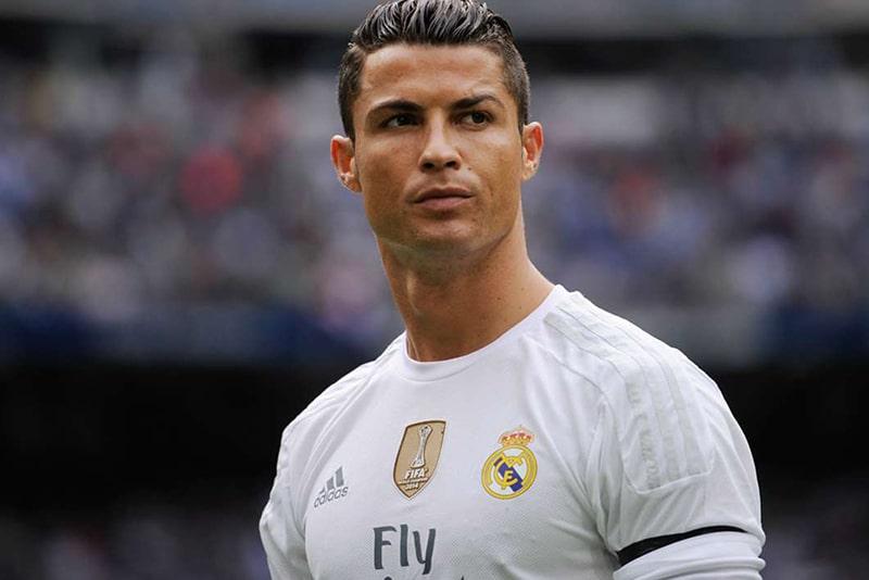 You are currently viewing Cristiano Ronaldo posa ao lado dos filhos gêmeos pela primeira vez