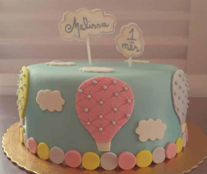 bolo de mesversario decorado com pasta americana