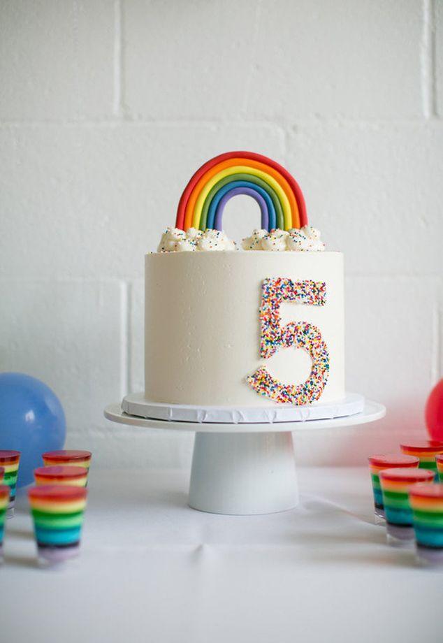 bolo arco iris com confete