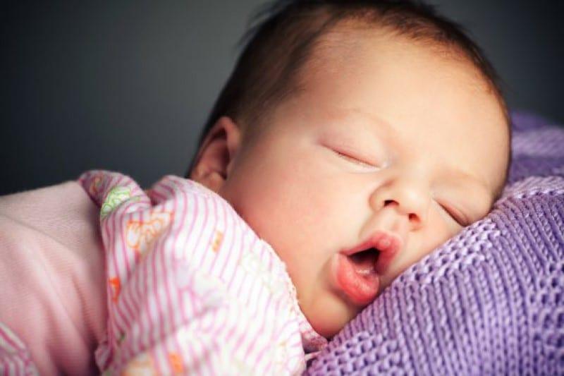 sonhar com bebê no colo