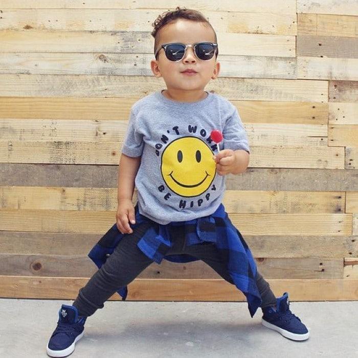 menino estiloso óculos escuros