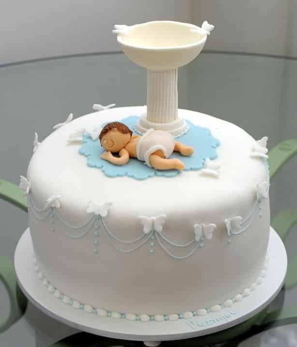 bolo com pia batismal branco e azul