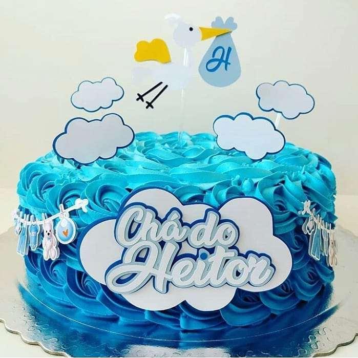 bolo decorado com chantilly azul para cha de bebe