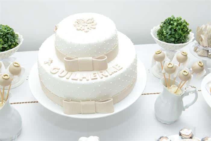 bolo branco e bege