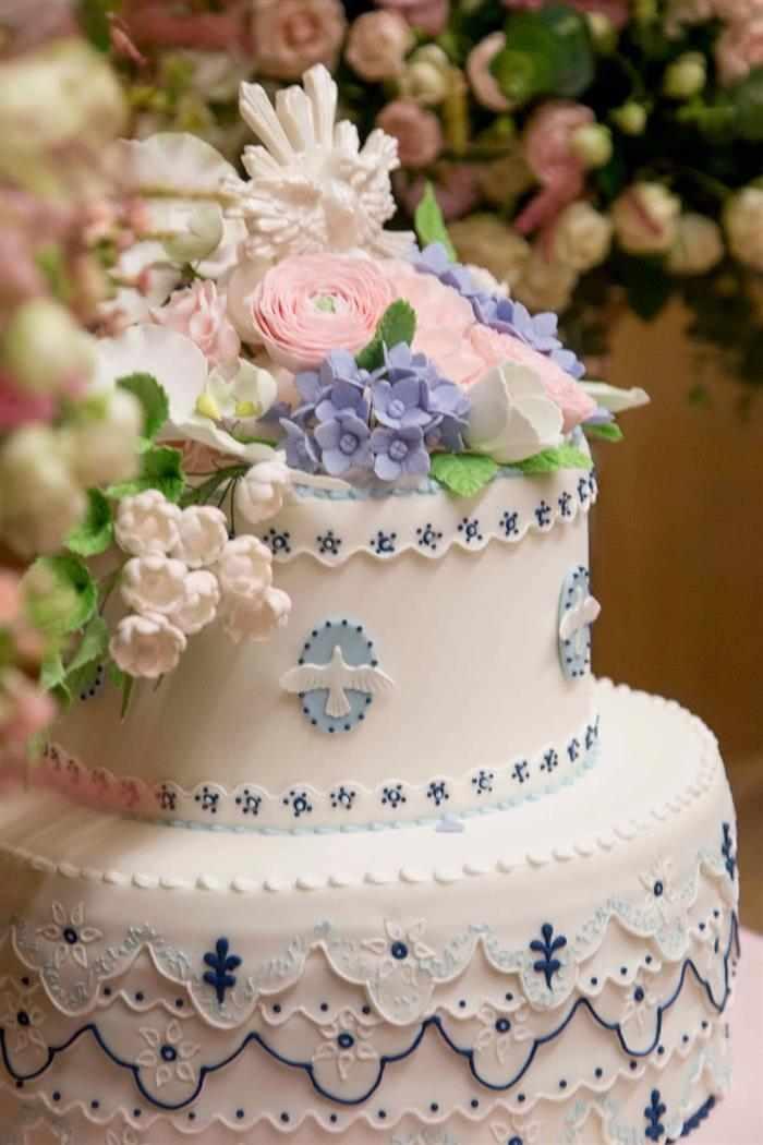 bolo de batizado branco com azul e flores