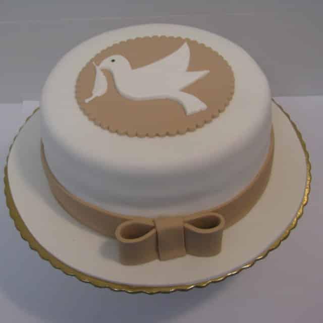 bolo branco e dourado
