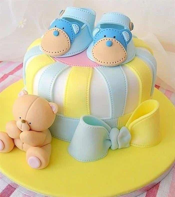 bolo decorado com sapatinho de bebe
